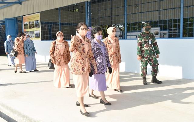 Ketua Umum Yasarini Nanny Hadi Tjahjanto Berkunjung Ke SMK Penerbangan AAG Lanud Adisutjipto