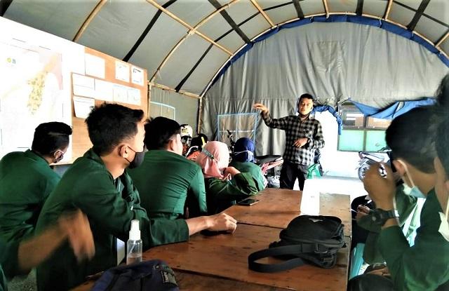 Mahasiswa UIN Sunan Kalijaga Yogyakarta Tugas Sebagai Relawan Di Posko Pengungsian Gunung Merapi